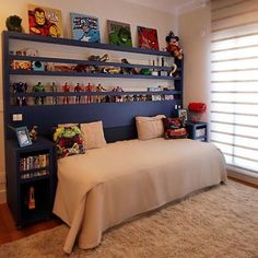The shelves deserve special attention when decorating the room, as they are fundamental to make the most organized and functional environment. Boy Toddler Bedroom, Boy Room, Kids Bedroom, Bedroom Decor, Boys Room Design, Superhero Room, Interior Design Living Room, Decoration, Home