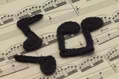 Drei gehäkelte Noten auf einem Notenblatt - Three crocheted music notes on a sheet of music - free crochet charts