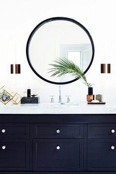 Gosto do tipo de pia (que não é cuba alta) e espelho redondo!!!  Navy and white bathroom, round mirror.