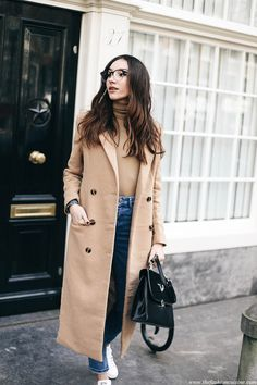 How to wear camel coat with blue high waisted jeans