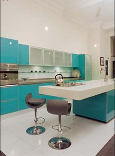 White and turquoise kitchen // Cocina en blanco y turquesa