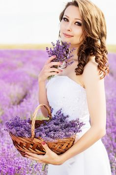 Beautiful bride posing at field of purple lavender with basket of flowers Lavender Cottage, Lavender Garden, Purple Garden, Lavender Fields, Lavender Flowers, Color Lila, Girls With Flowers, Blonde Women, Wedding Dresses
