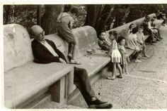Un hombre echa una cabezadita junto al pilar de Carlos V en la Alhambra. Torres Molina/Archivo de IDEAL