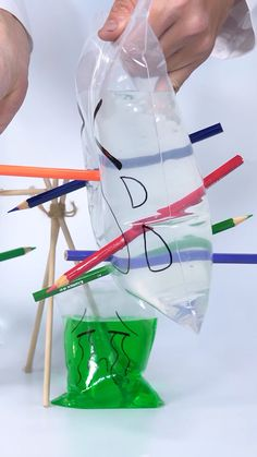 The Leak Proof Bag experiment is a cool activity for kids to do in summer. The pencil pierces through the zip lock bag f Easy Science Experiments, Science Activities For Kids, Science For Kids, Stem Activities, Science Projects, Water Experiments For Kids, Winter Crafts For Kids, Diy Crafts For Kids, Instruções Origami