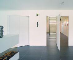 Grote witte pivoterende design binnendeur met centrale pivot