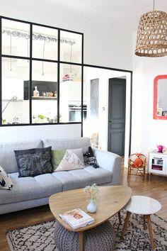 Une séparation élégante entre le salon et la cuisine avec une verrière intérieure
