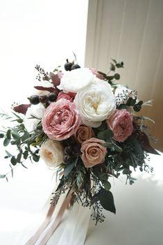 大輪のおールドローズを大人っぽく束ねた クラッチブーケ。momopri.com プリザーブドフラワーショップatelier MOMO Prom Flowers, Bride Flowers, Pink Bouquet, Flower Bouquet Wedding, Mauve Wedding, Dream Wedding, Wedding Arrangements, Floral Arrangements, Bunch Of Flowers