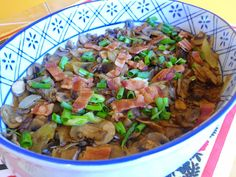 SPLENDID LOW-CARBING BY JENNIFER ELOFF: MUSHROOMS, CARAMELIZED ONIONS AND BACON Low Carb Menus, Low Carb Recipes, Mushroom Dish, How To Cook Mushrooms, Stuffed Mushrooms, Stuffed Peppers, Caramelized Onions, Serving Dishes, Stir Fry