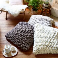 knit me pretty Gorgeous extreme knitting pillows! Pattern and how to in Knitting Without Needles by Anne Weil Beautiful arm knit pillows! Couch Ikea, Futon Mattress, Futon Chair, Futon Design, Queen Futon, Leather Futon, Sewing Projects, Home Deco
