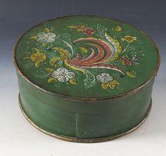 Liten grønnmalt ask med rosemalt lokk, 1911. D: 23,5 cm. Prisantydning: ( 800 - 1000) Solgt for: 500