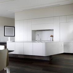 Siempre es importante realizar un estudio del color a la hora de diseñar la cocina, ya que dependiendo del espacio arquitectónico y de la luz natural recibida, existen colores que potenciaran todo lo que se busque en el proyecto de una cocina: calidez, amplitud visual, neutralidad…y también, para dar luminosidad.