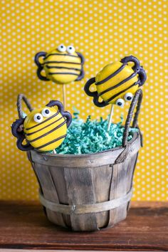 These oreo candy dipped cookies are perfect for a bunble bee birthday party idea. A great party treat. Candy Wafers, Bee Cookies, Bee Wings, Yellow Candy, Dipped Oreos, Bug Crafts, Oreo Pops, Cute Bee, Bee Theme