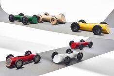 """Kolekce dětských natahovacích hraček """"Závoďáci 2"""" je inspirována tvaroslovím závodních aut 20. století. Hračky navazují na moji předchozí práci, která se zabývala poodhalením funkčního pohonného mechanismu, založeného na principu pružiny."""