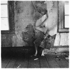 """Francesca Woodman. """"Space2"""", 1976, Providence, Rhode Island, gelatina de prata impressa em papel, 13.7 x 13.3 cm. Depois de uma tentativa falhada de um suicídio, mudou-se para a casa dos pais em Manhattan. Mas depois de voltou a comete-lo, desta vez realizando-o. Atirou-se de uma janela de um loft em Nova Iorque."""