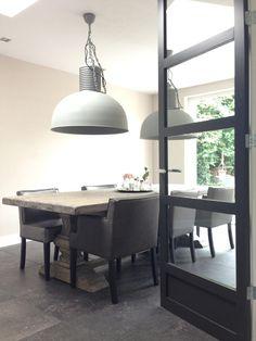 Frezoli lampen, PTMD stoelen, kloosterpoot tafel bij Molitli Interieurmakers