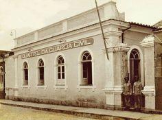 Perspectiva do prédio da Guarda Civil,  que se localizava na Rua Guilherme Moreira, onde hoje está uma agência do Banco do Brasil. Fotografia tirada na década de 1930. Foto: Silvino Santos. Fonte: Manaus Sorriso.
