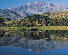 Drakensberg Mountains in KwaZulu-Natal, South Africa. Greece Travel, Hawaii Travel, Oman Travel, Beauty Around The World, Around The Worlds, Midland Meander, Safari, Kwazulu Natal, Cool Landscapes