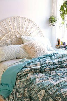 Uma  ideia diferente para uma cabeceira e pode ser feita em uma cama de ferro que você já possuii