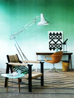 modern chairs. industrial light. green. rug. understated tribal. Fotógrafo: Damian Russell Fonte: Elle Decoration UK agosto 2013