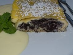 Topfen-Mohnstrudel+mit+Vanillesauce Austrian Desserts, Brownie Bar, Spanakopita, Ricotta, Bakery, Cookies, Eat, Ethnic Recipes, Food