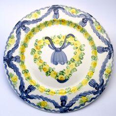 Alle Platzteller der Familie BlueHoria-Berdea! Die Blau-Gelb-Grüne Designfamilie von Unikat-Keramik. Das wohl einzigartigste Keramik Geschirr der Welt! Plates, Detail, Tableware, Design, Blue Yellow, Unique, Dishes, World, Licence Plates