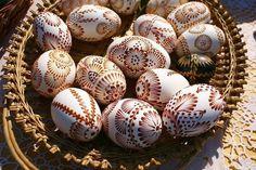 Pisanki - die verzierten Ostereier in Polen - Easter Crafts, Fun Crafts, Polish Easter, Egg Shell Art, Easter Egg Pattern, Easter Egg Designs, Egg Art, Ancient Symbols, Egg Decorating