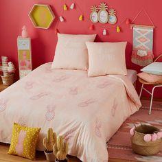 Parure de lit en coton rose motifs ananas 140x200cm MAYA  sinon ce style de chambre j'adore, mais en changeant ce qui est sur le lit , et la couleur du mur ... mettre par exemple du bleu turquoise. :) ou même vert anis.