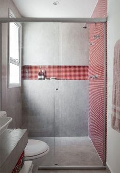 Banheiro com detalhes em vermelho e cinza.