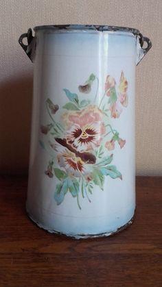 Ancien pot à lait ou laitière en tôle émaillée signée Japy. Décor pensée fleur.