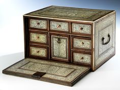 Höhe: 19 cm. Breite: 30 cm. Tiefe: 23,5 cm. Persien, 19. Jahrhundert. Rechteckkasten in ostindischem Palisander gefertigt, beidseitig ganzflächig mit...