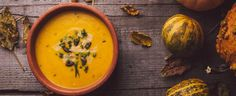 1. Dýni oloupejte, odstraňte semínka a dužinu pokrájejte na kostky velké cca 2,5 cm. Ve velké pánvi rozpusťte máslo, přidejte na jemno nakrájenou...