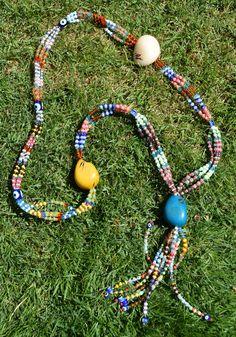 Collar de taguas realizado de manera artesanal por Madame Kalalú. Cuentas de varios colores y taguas de colores: amarilla, blanca y turquesa. Ramillete de cuentas rematadas con ojos de Panamá. #altaartesania #exclusividad #madamekalalu (Ref. COTALO0015)