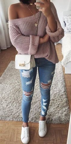 Trendiger One-Shoulder-Pullover mit Jeans und zerrissenen Jeans und Sneakers …… Trendy one-shoulder sweater with jeans and ripped jeans and sneakers … Sneakers Fashion Outfits, Komplette Outfits, Cute Casual Outfits, Winter Outfits, Work Outfits, Outfit Work, Fashionable Outfits, Jeans Fashion, Winter Dresses
