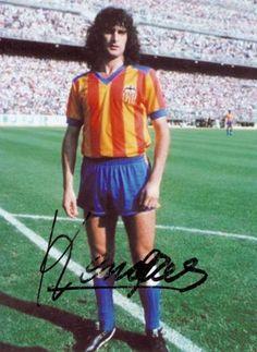 Matador Kempes Steven Gerrard, Football Stickers, Football Shirts, Premier League, Valencia, Good Soccer Players, Athletic Clubs, Kids Soccer, World Football