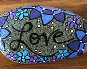 Happy Rock - Love - Blue Purple Flowers - Hand-Painted River Rock Pebble Painting, Pebble Art, Stone Painting, Rock Painting, Pebble Mosaic, Painted River Rocks, Painted Rocks Kids, Painted Stones, Stone Crafts