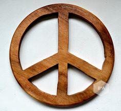 auf die rückseite eines runden frühstücksbrettchen das peacezeichen aufzeichnen.... .......mit der sticksäge aussägen..... .....