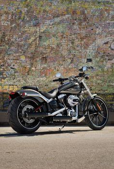 Big wheels, big paint and classic drag-bike attitude meet modern refinement. Then we stuff it brimful with raw power. | 2016 Harley-Davidson Breakout