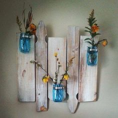 Repurposed barnwood and picket fence mason jar wall decor! This one by: ByTheRi… - Modern Fence Post Crafts, Fence Board Crafts, Old Fence Boards, Barn Boards, Cedar Boards, Diy Fence, Fence Ideas, Picket Fence Crafts, Picket Fences