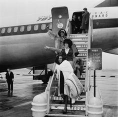 Le groupe The Supremes : Diana Ross, Florence Ballard et Mary Wilson à l'aéroport de Londres, 1965