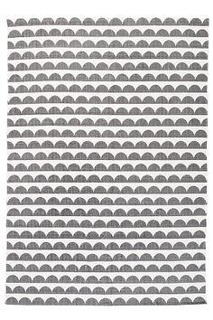 Painettu, retrohenkinen kuvio. Puuvillaa. Pesu 40°. Koko 140x200 cm. Saat lisäturvaa ja -mukavuutta, kun levität maton alle liukuestematon, joka pitää maton napakasti paikallaan. Valikoimassamme on erikokoisia liukuestemattoja. <br><br><br>100% puuvillaa<br>Pesu 40°