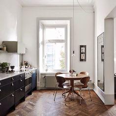 Cuisine au look scandinave, parquet en chevrons et meubles laqués