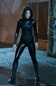 """Kate Beckinsale: """"I eat more in catsuit mode"""" - Gorgeous Kate Beckinsale doesn't want to look skinny and frail when filming Underworld, where her character wears latex bodysuits. Underworld Selene, Underworld Movies, Underworld Vampire, Underworld Kate Beckinsale, Leather Catsuit, Actrices Sexy, Halloween Disfraces, Celebs, Celebrities"""