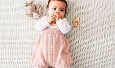 Hvis du er så heldig at have en lille ny – dreng eller pige, hvis du planlægger at blive bedstemor eller bare kender en baby, så vil denne buksedragt med mønsterbort helt sikkert være et hit. Få den gratis strikkeopskrift her.