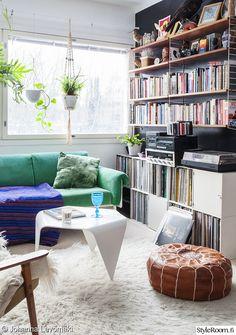 olohuone,rahi,kirjahylly,sohva,vihreä