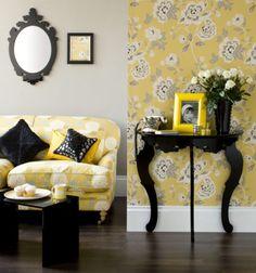 Estampas em amarelo são uma boa pedida para deixar as parede da sala de estar um charme!