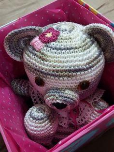 Bear (classic teddy) amigurumi on a gift box- Ursinho amigurumi em uma caixa de presente. Adapted from pattern found on / Adaptado do gráfico encontrado em http://littleyarnfriends.com/post/32656432256/crochet-along-pattern-lil-classic-teddy