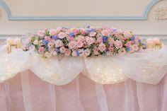 ご新婦さまこだわりのとびきりキュートな高砂に注目です◎ふんわりとしたチュールからフェアリーライトがキラキラと輝き、濃淡のピンク×ブルーの装花で可愛らしく仕上げられています。サイドにはキャンドルや写真立てなども置かれて、ご新婦さまも大満足の高砂が完成しました!