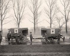 Ford built ambulances on the Model T chassis during World War I. These were purchased by Harvard and Yale students and given to the American Red Cross. Old Pictures, Old Photos, Vintage Photos, World War One, First World, Shorpy Historical Photos, Interesting History, World History, Military History