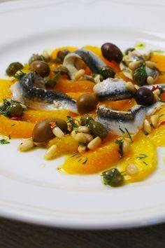 Der Sizilianische Orangensalat mit Sardellen vereint die besten Aromen der Insel aus dem Süden. Der fruchtig maritime Geschmack eignet sich perfekt als leichter Sommersalat, oder als winterlicher Vitamin-Lieferant gegen kalte Tage. Risotto, Ethnic Recipes, Food, Easy Summer Salads, Sicily, Island, Food Food, Recipies, Essen