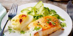 Lachsfilet auf Kohlrabigratin  Zutaten für 1 Person:  10 g Butter oder Margarine 10 g Mehl 50 ml fettarme Milch 150 ml Gemüsebrühe Salz Pfeffer 2 Spritzer Zitronensaft geriebene Muskatnuss 1 kleiner Kohlrabi (ca. 250 g) 5 g geriebener, fettarmer Käse (17 % Fett) 100 g Lachsfilet ohne Haut 3 TL Öl 7 Stiele Kerbel 1 Mini-Salatgurke (ca. 125 g) 1 EL Weißwein-Essig 1 Prise Zucker